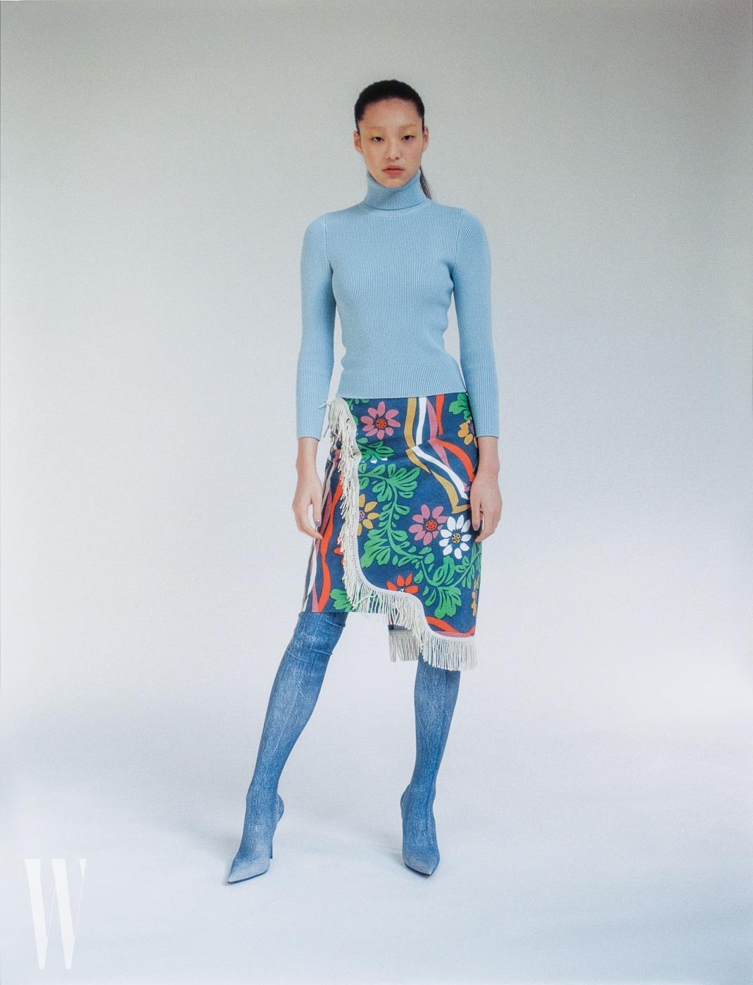 하늘색 터틀넥과 술 장식 꽃무늬 스커트, 데님 부츠는 모두 발렌시아가 제품. 가격 미정.