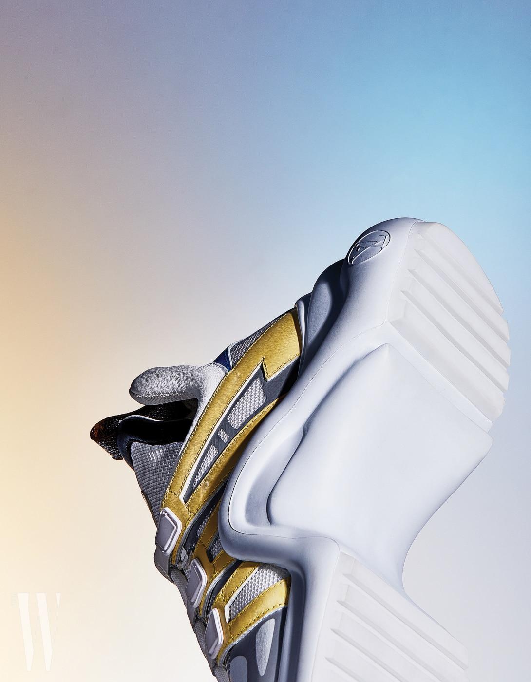 건축적인 곡선을 자랑하는 아치라이트 스니커즈는 루이 비통 제품. 1백만원대.