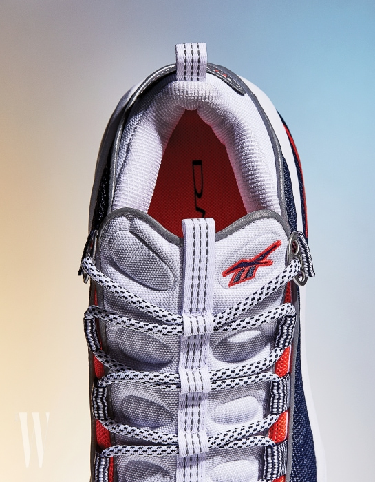 디엠엑스 런 10 스니커즈는 리복 제품. 10만원대.