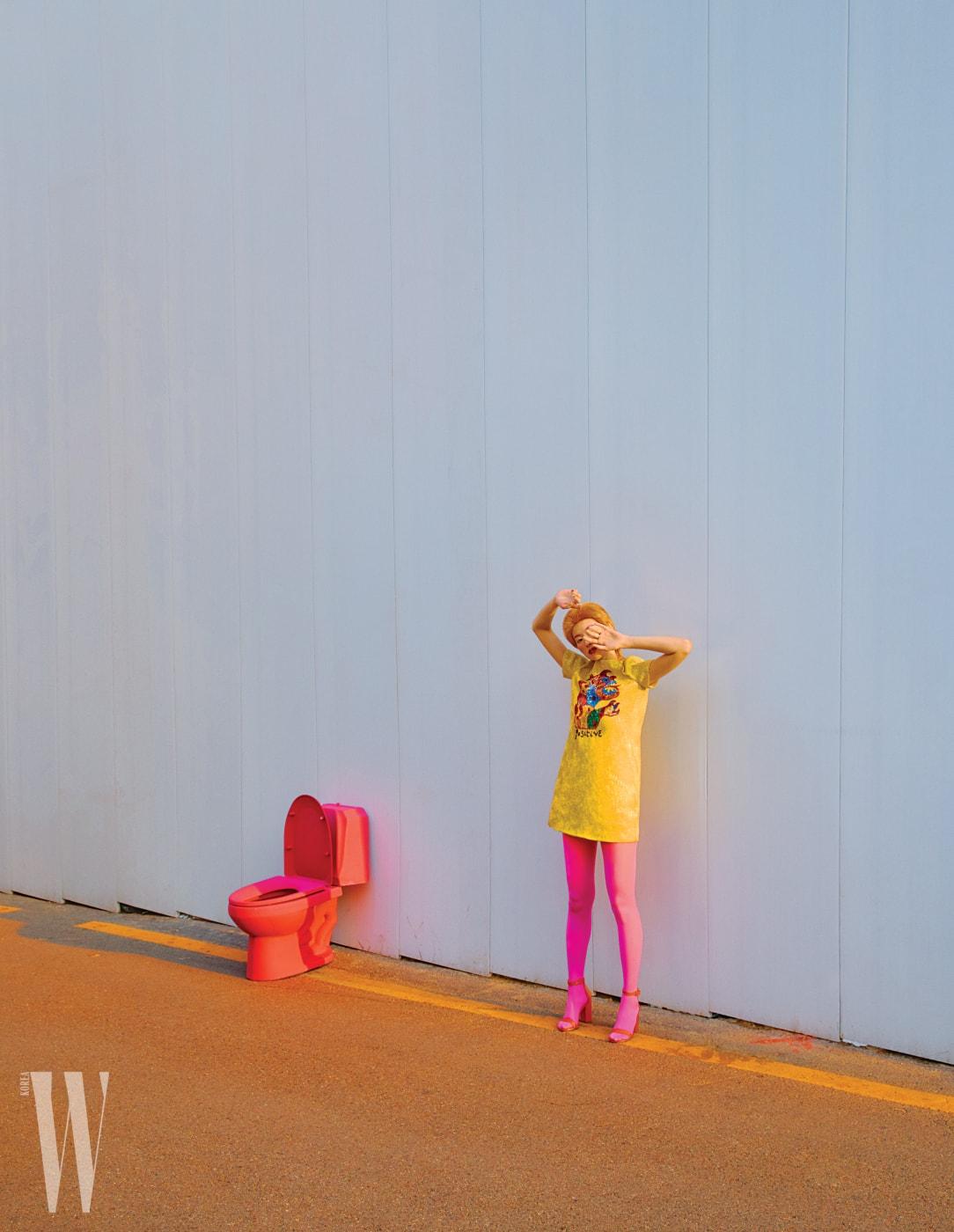 화려한 시퀸 장식 패턴이 돋보이는 노란색 미니드레스는 Dior, 주홍색 스트랩 힐은 Stuart Weitzman 제품.
