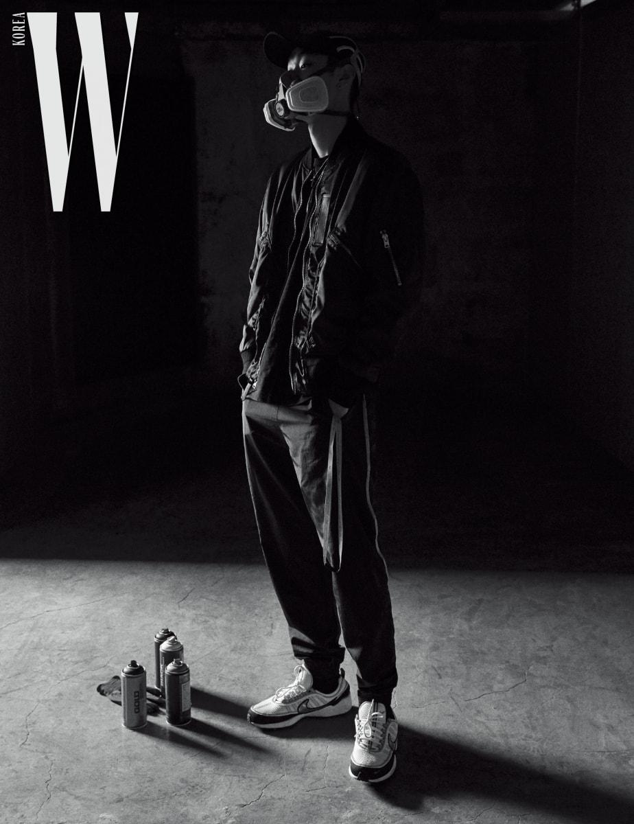 검정 Ma-1 재킷은 Coach 제품. 팬츠와 슈즈는 본인의 것.