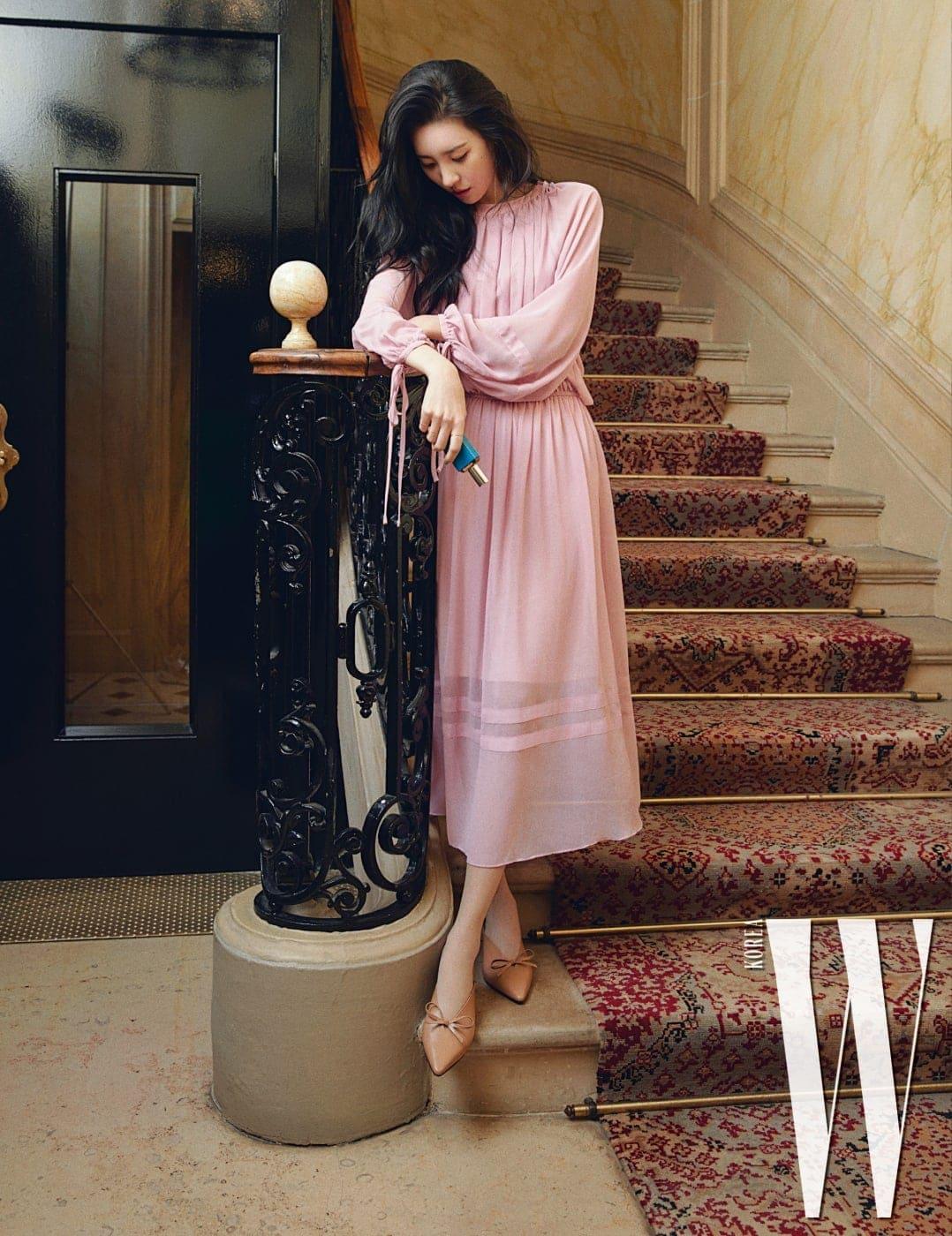 호텔에서 나가기 전 계단에서 마주친 선미의 손에는 그녀가 지난 파리 여행에서 찾아낸 아틀리에 코롱 향수가 들려 있다.