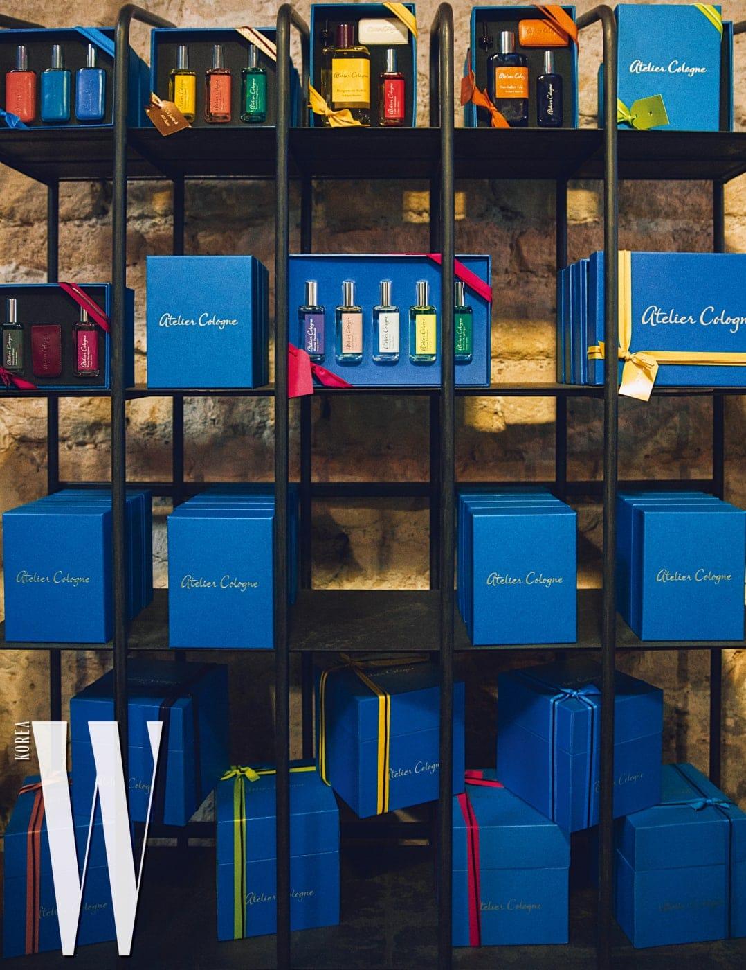 매장 한쪽에는 다양한 형태로 래핑할 수 있는 기프트 박스와 색색의 가죽 끈의 조합을 볼 수 있다.