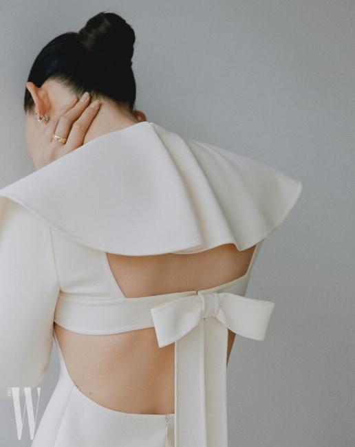 러플과 보 장식 드레스는 발렌티노, 화이트와 옐로 골드에 다이아몬드를 세팅한 코코 크러쉬 귀고리, 옐로 골드 스몰 사이즈 반지는 샤넬 워치 & 화인 주얼리 제품.
