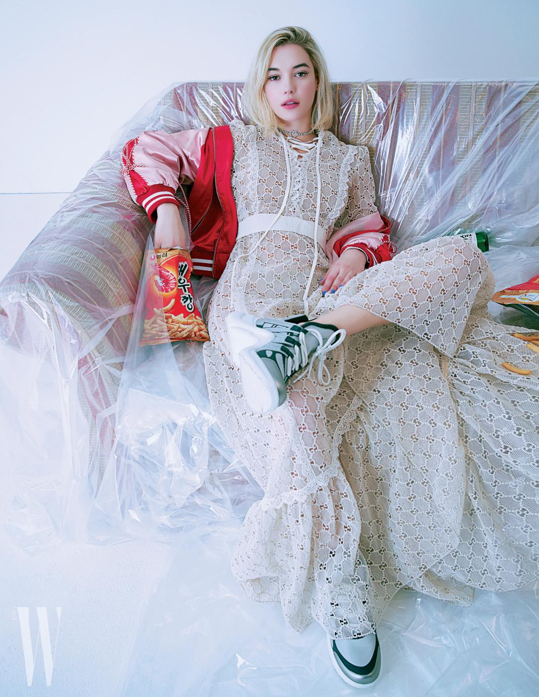 스포티한 보머 재킷은 Eyeye, 아일릿 장식 롱 드레스는 Gucci, 대디 스니커는 Louis Vuitton, 하트 모티프의 크리스털 초커는 Vintagehollywood 제품.