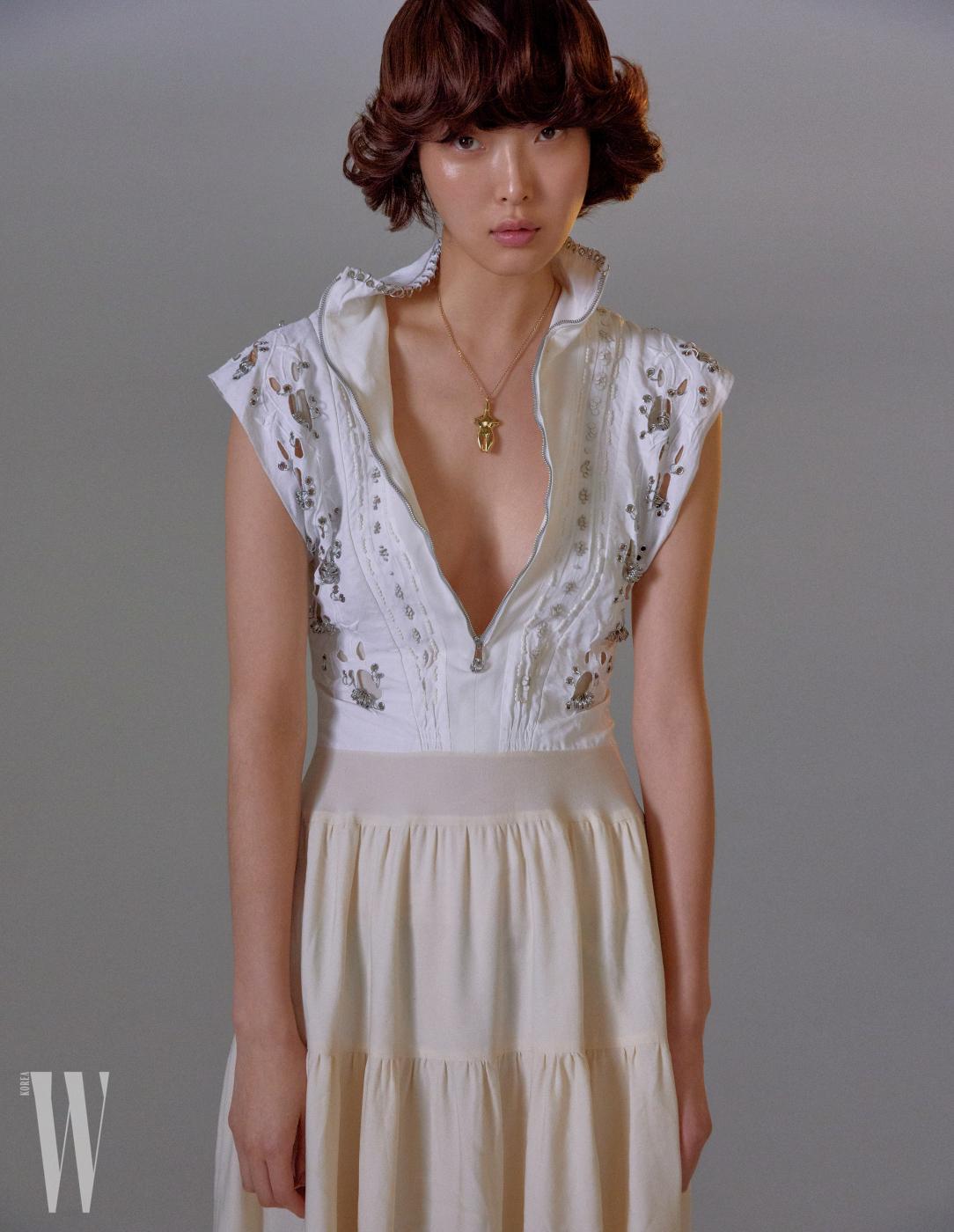 드레스, 목걸이는 모두 Chloe 제품.