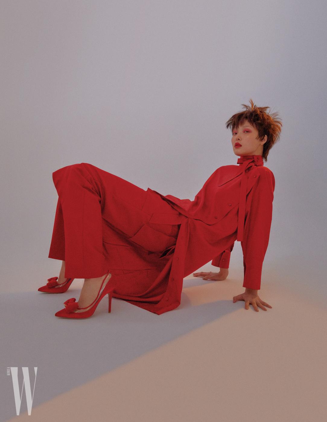 리본 장식 드레스 셔츠, 팬츠, 리본 장식 힐은 모두 Valentino 제품.