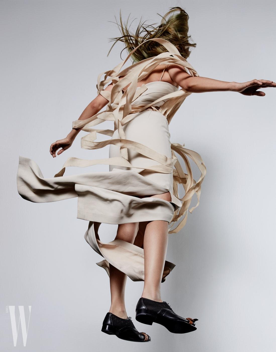 베이지색 프린지 드레스는 막스마라 제품. 가격 미정. 앞코의 버클 장식이 포인트인 매니시한 슈즈는 프라다 제품. 가격 미정.