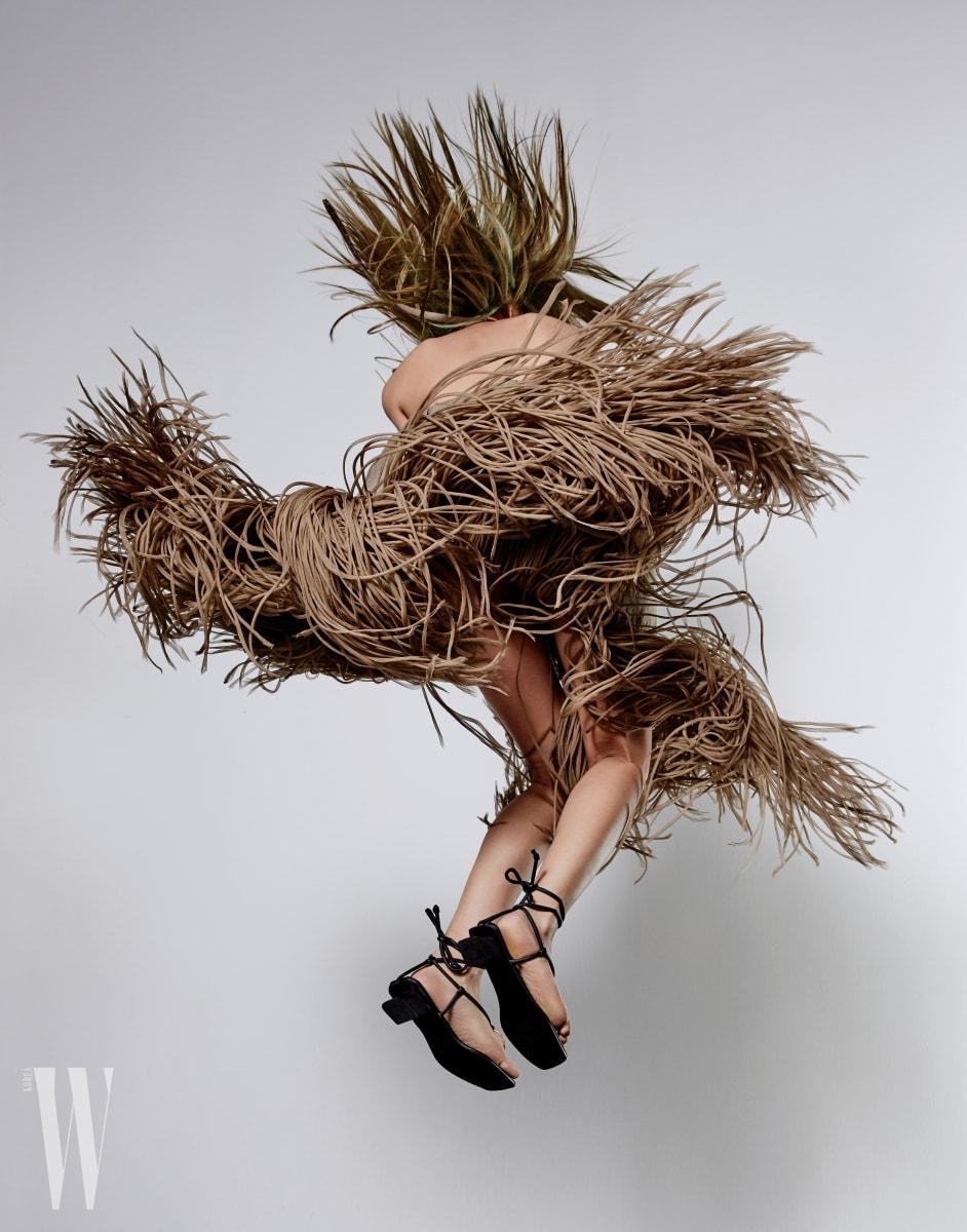 원시적인 무드의 프린지 드레스는 셀린 제품. 가격 미정.  글래디에이터 샌들은 로우 클래식 제품. 20만원대.