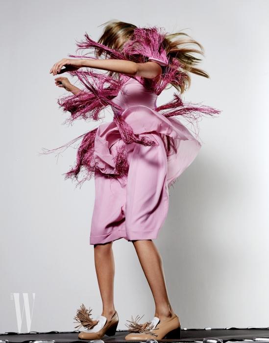 프린지 장식의 핑크색 톱, 미디 길이의 매니시한 쇼츠는 니나리치 제품. 가격 미정. 큼직한 태슬 장식의 슈즈는 셀린 제품. 가격 미정.