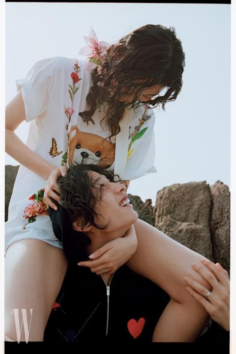 배윤영이 입은 곰돌이 티셔츠는 Moschino 제품.