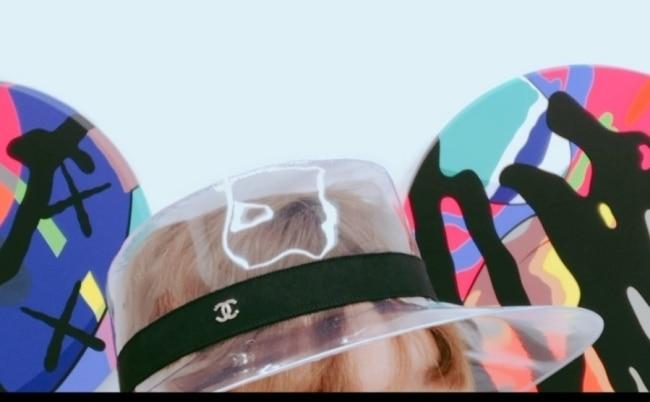 패로탱 갤러리 카우스 전시장에서. PVC 모자는 샤넬