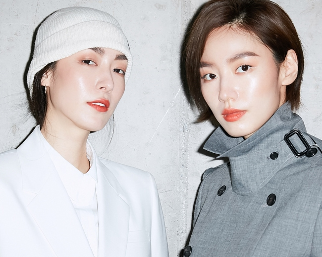 테라코타가 연상되는 '어데이셔스 립스틱' '제인' 컬러에 웜톤 계열의 아이섀도우 '페르시아'를 브러시로 톡톡 덧발라 마무리한 립 메이크업 또한 돋보인다.
