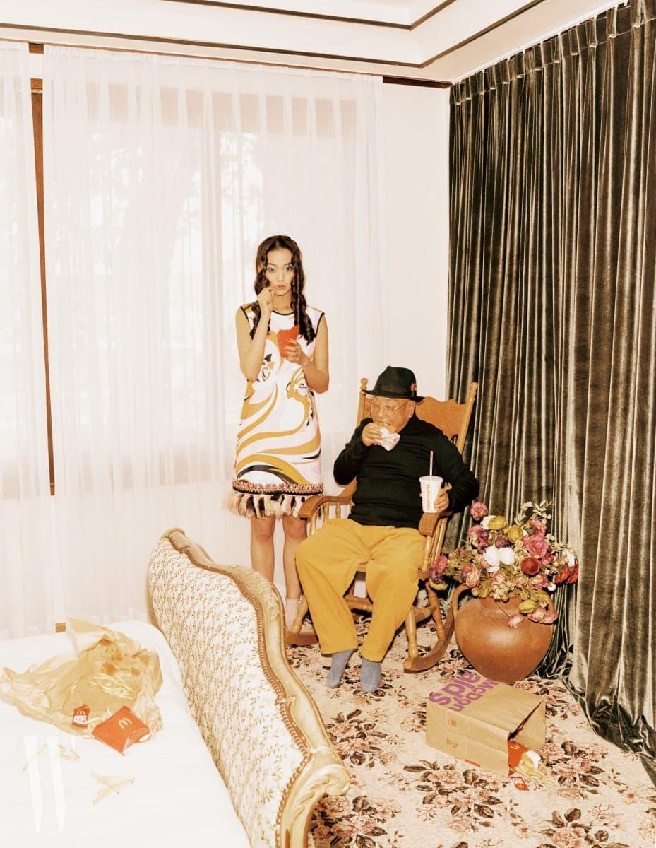 손녀가 착용한 미니 프린트 드레스는 Emilio Pucci 제품. 할아버지가 착용한 검정 톱, 노란색 코듀로이 팬츠는 Oui Paname 제품.