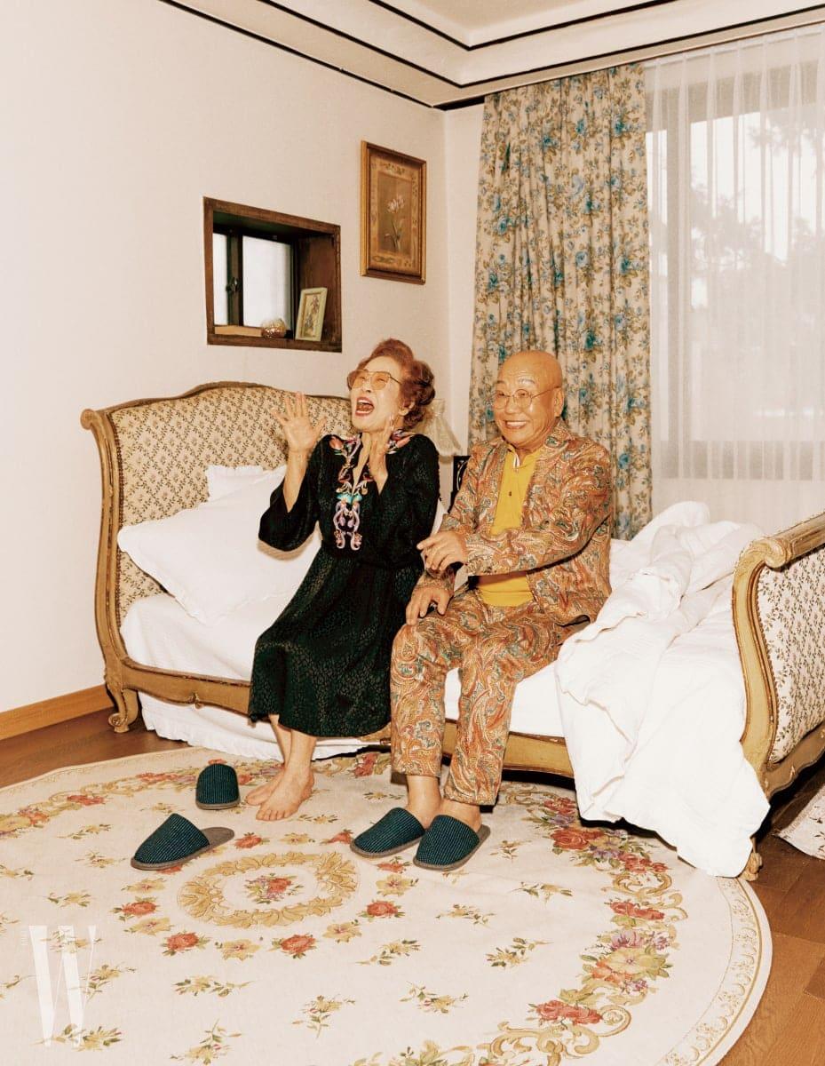 할머니가 착용한 검정 드레스는 Etro, 노란색 틴티드 선글라스는 Vieu 제품. 할아버지가 착용한 프린트 재킷, 톱, 팬츠는 모두 Etro 제품.