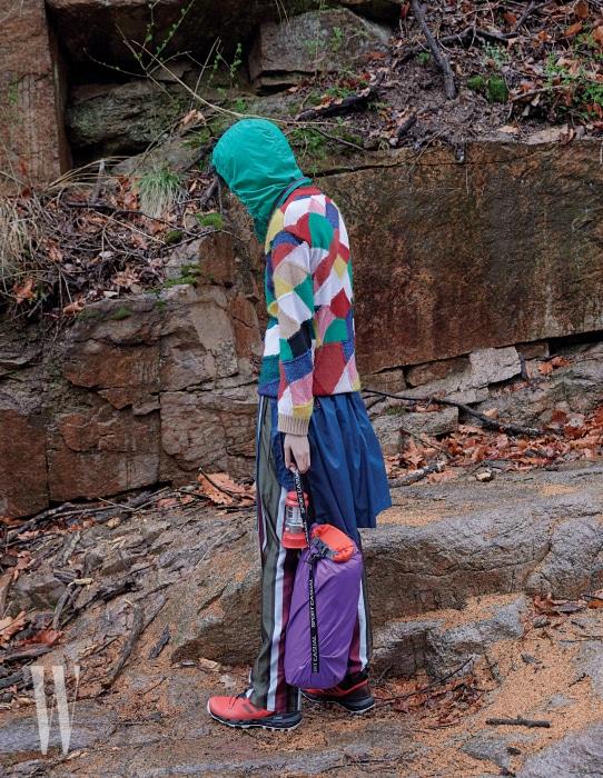 패치워크 니트와 줄무늬 팬츠는 버버리, 후드 아노락 재킷은 이자벨 마랑, 트레킹화는 아디다스, 보라색 스포츠백은 헤리티지 플로스, 미니 랜턴은 콜맨 제품.