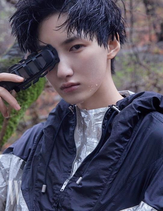 메탈릭한 실버와 블랙 후디 톱은 이자벨 마랑, 어드벤처용 나이프는 기어에이드 by 시티핸즈컴퍼니 제품.