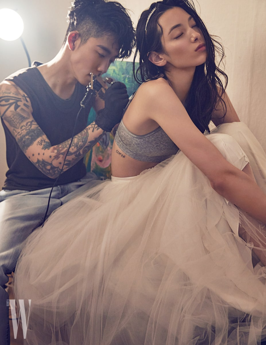다니엘이 입은 슬리브리스와 데님 소재의 슈트 팬츠는 Ermenegildo Zegna Couture 제품 . 티아나가 입은 언더웨어는 Calvin Klein Underwear, 니트 드레스는 Carolina Herrera by SOYOOBRIDAL 티아라 밴드는 Keren Wolf by SOYOOBRIDAL 제품.