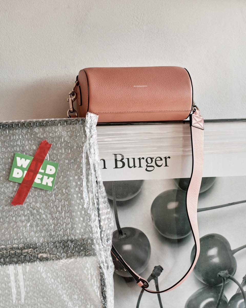 연한 분홍색 실린더 백은 버버리 제품