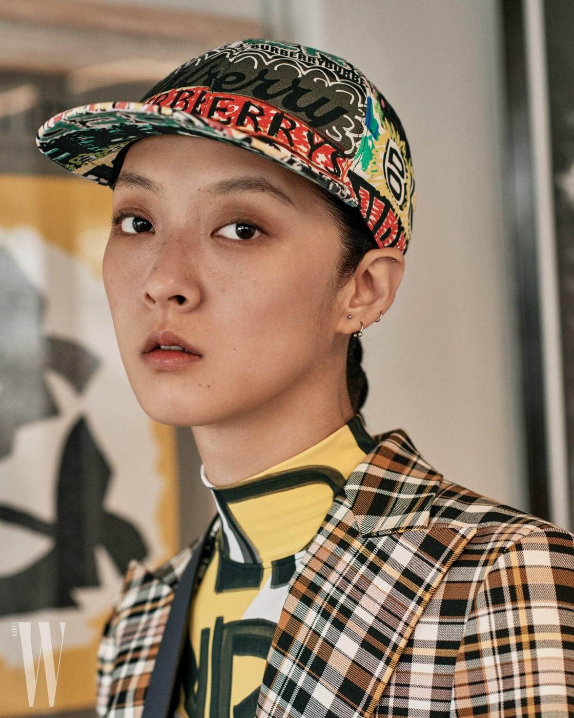 그라피티 프린트 야구모자, 그라피티 프린트 레저 웨어, 체크무늬 재킷은 모두 버버리 제품.