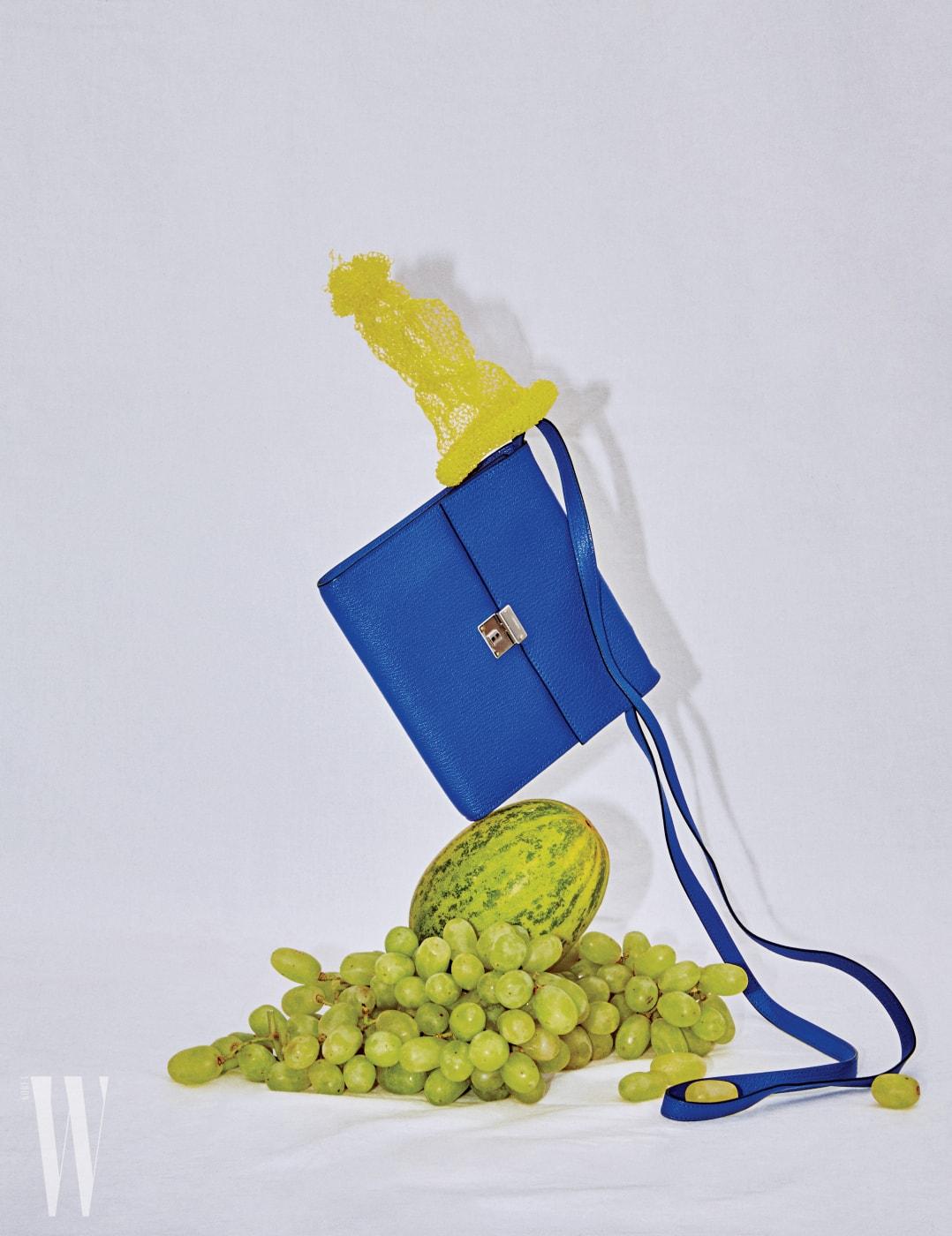 송아지 가죽 소재에 청량감 넘치는 파란색이 인상적인 아주 작은 가방으로 간편한 외출에 제격이다. 에르메스 제품. 가격 미정.