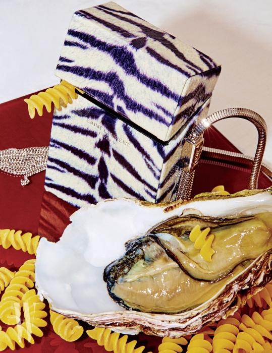 호랑이 무늬의 뱀가죽 소재에 생로랑 파리 시그너처를 새긴 플랩, 스네이크 링크가 연결된 체인, YSL 시그너처를 새긴 2개의 측면 태슬 디테일이 특징인 시가렛 박스, '미노디에르 백'은 생로랑 제품. 가격 미정.