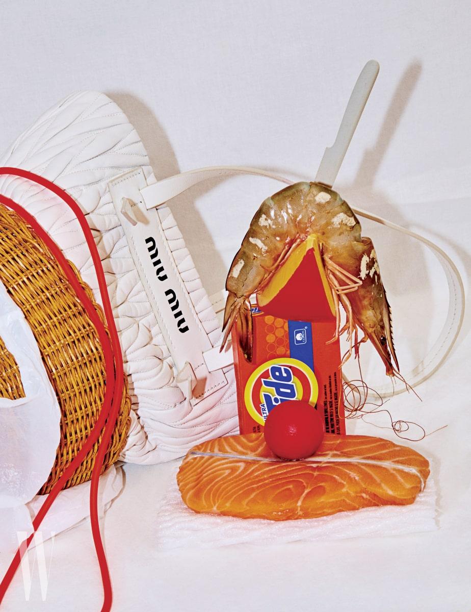 나파 가죽과 우븐 소재가 만났다. 봄날의 피크닉이 연상되는 버킷 모양의 가방은 미우미우 제품. 1백80만원대.