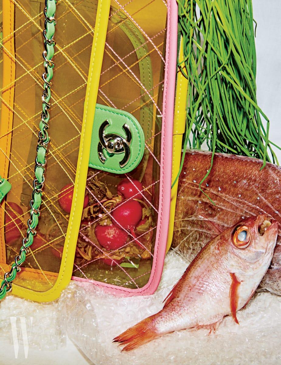 경쾌한 색감이 살아 있는 PVC 소재 가방은 샤넬 제품. 가격 미정.