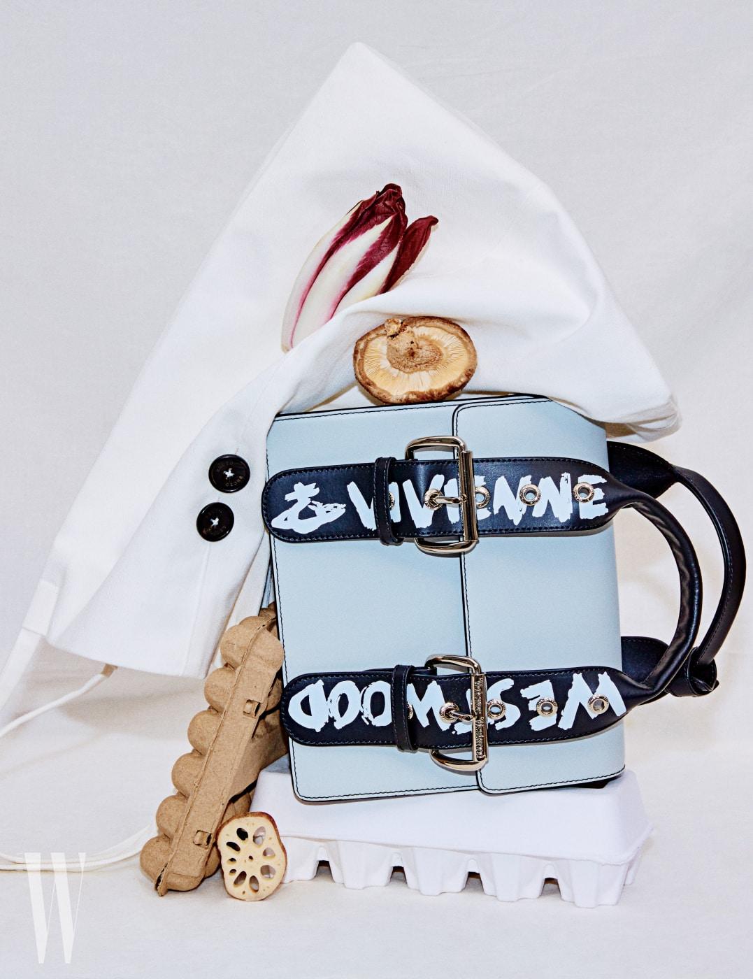 두툼한 버클 장식과 생동감 넘치는 로고 글씨가 특징인 소가죽 소재의 한국 가방은 한국에서만 출시되는 리미티드 제품으로, 비비안 웨스트우드 제품. 1백18만원.
