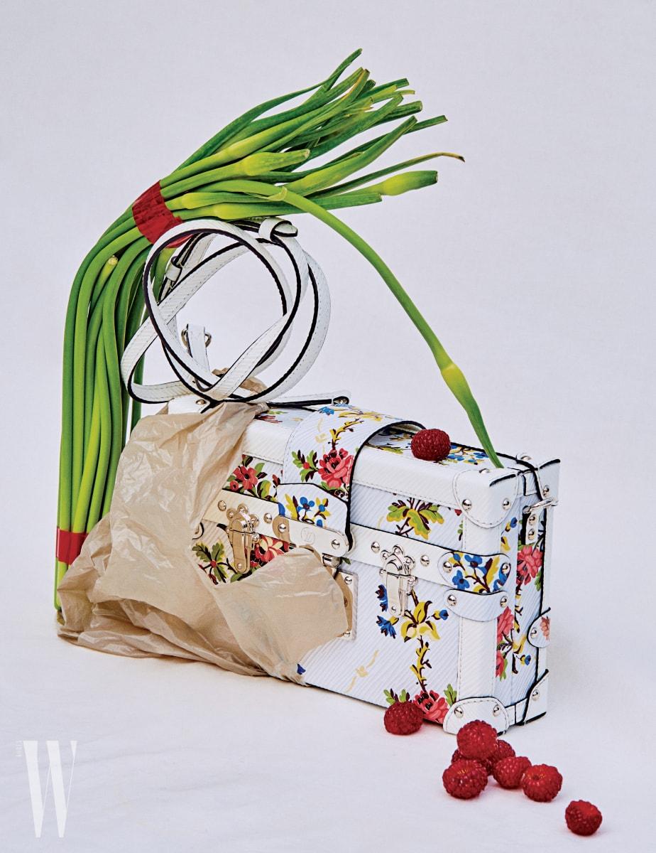 화사한 봄기운이 느껴지는 꽃무늬가 인상적인 '쁘띠뜨 말' 가방은 루이 비통 제품. 가격 미정.