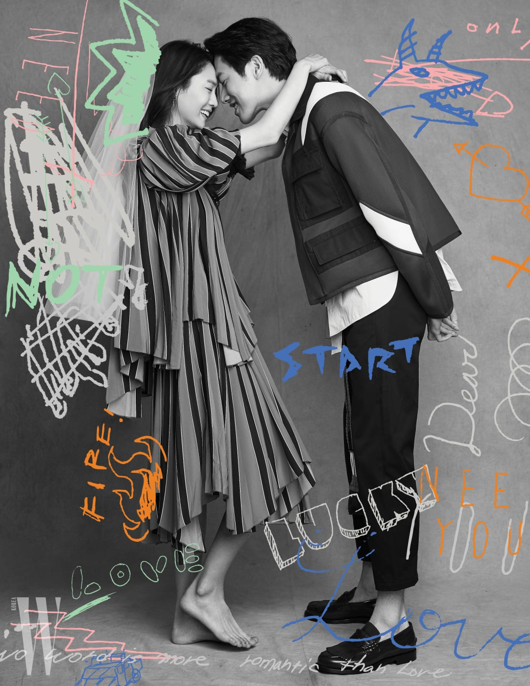 주선영이 입은 줄무늬 패턴 블라우스와 스커트는 Givenchy 제품. 박지운이 입은 블루종과 셔츠, 크롭트 팬츠는 모두 Valentino, 슈즈는 Burberry 제품.