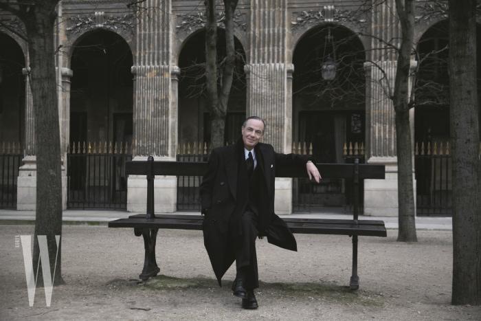 파리 시내 어느 벤치에서 포즈를 취한 세르주 루텐.