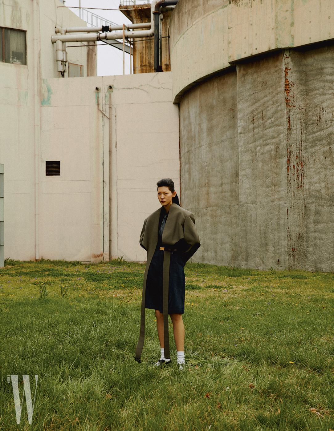 테일이 길게 떨어지는 재킷, 안에 입은 셔츠, 갈색 벨트는 셀린, 데님 팬츠는 코스 제품. 가죽 타이는 에디터 소장품.