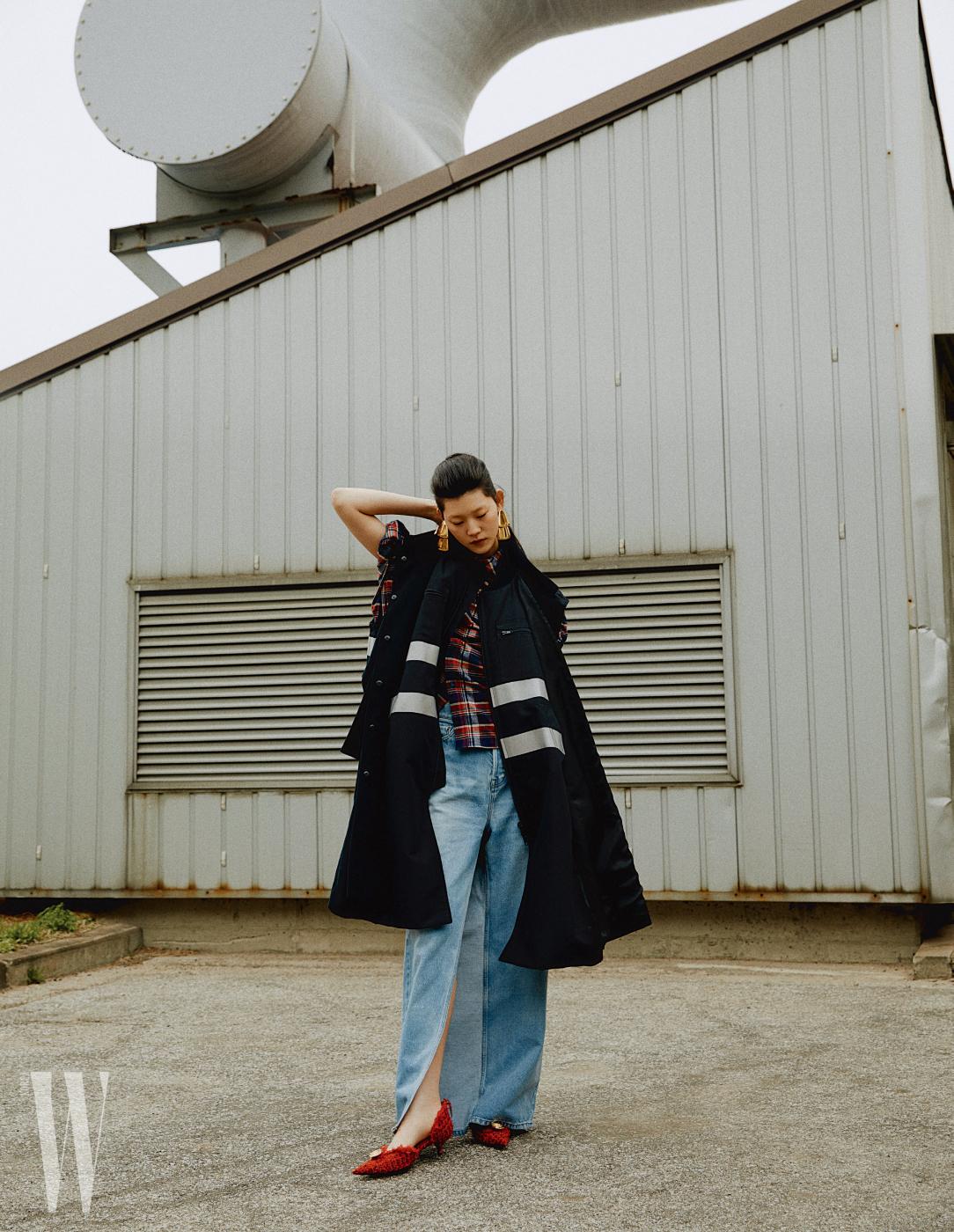 큼지막한 카 코트, 플란넬 셔츠, 트위스트 데님 팬츠, 트위드 소재 펌프스, 조형적인 귀고리는 모두 발렌시아가 제품.