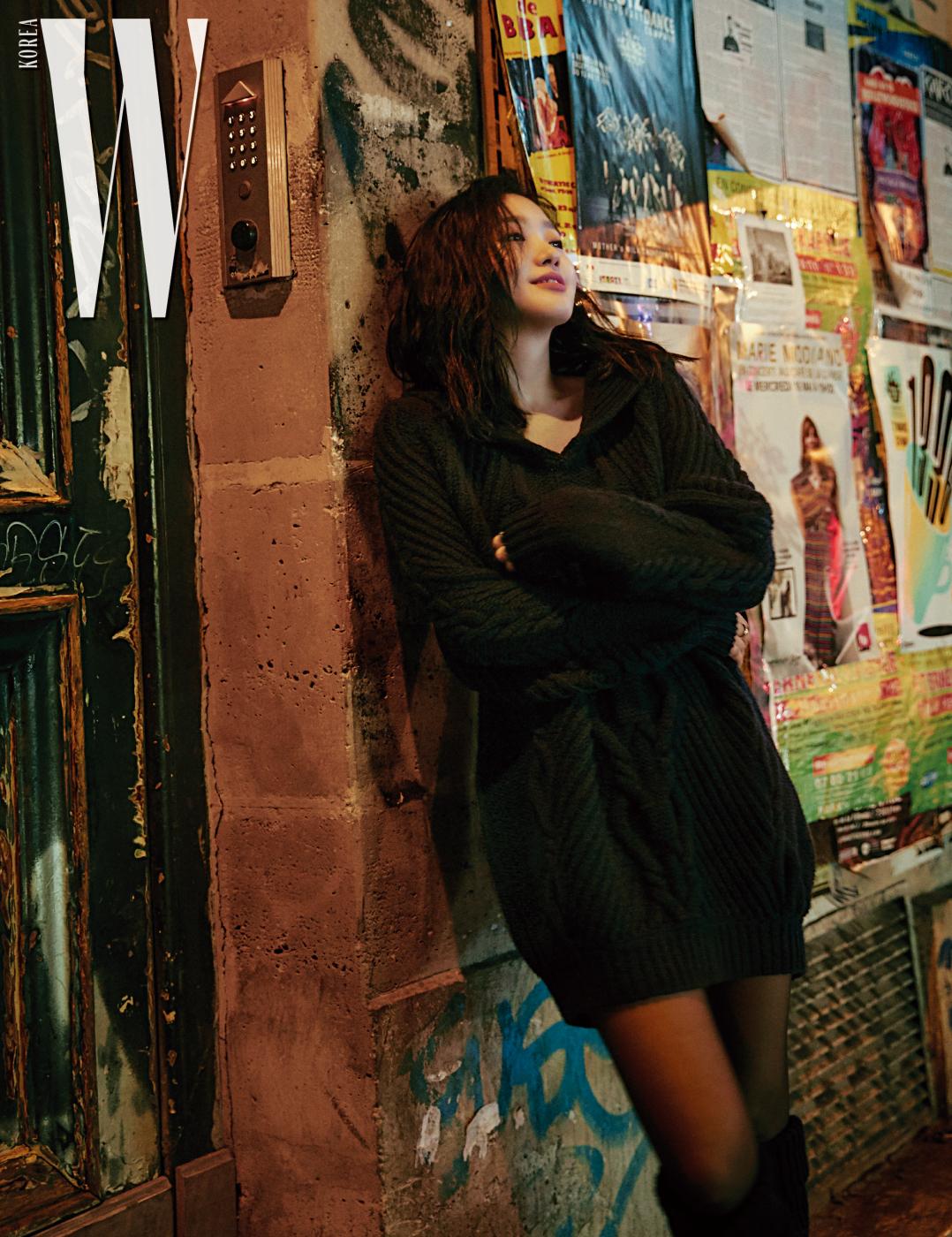 넉넉한 니트 원피스와 롱부츠, 코코 크러쉬 반지는 모두 Chanel 제품.