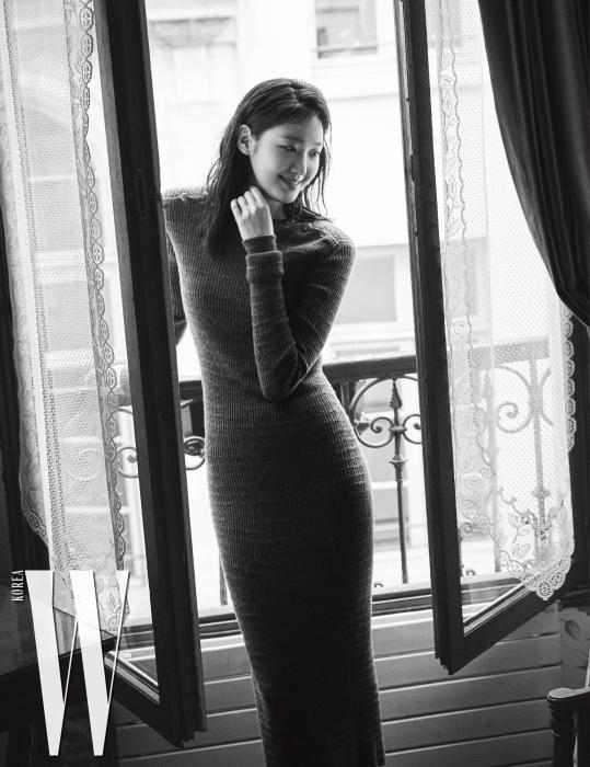 단추 장식이 있는 니트 소재 롱 원피스는 Chanel 제품.