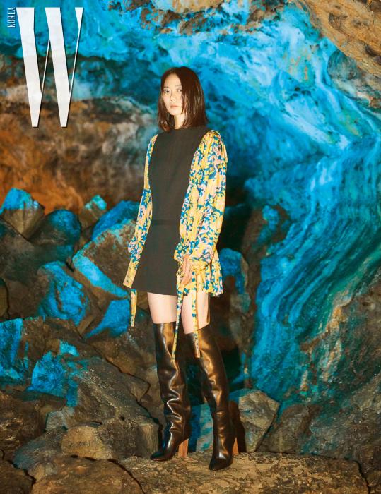 이국적인 프린트가 인상적인 미니드레스, 사이하이 부츠는 Louis Vuitton 제품.