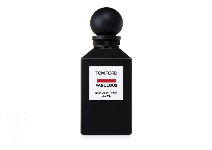 톰 포드 패뷸러스 오드퍼퓸 2017년 9월 뉴욕 패션위크에서 처음 공개됐고, 매트한 블랙 무광의 패키지와 직관적인 네이밍으로 출시 전부터 SNS를 달군 향수 'Fucking Fabulous'(너무 직설적이어서 한국에서는 아쉽게도 개명되었다)가 드디어 한국에 공개된다. 은은히 스치는 꽃향기에 레더 어코드, 통카빈, 앰버가 얹어져 전에 맡아보지 못한 그야말로 '시크' 그 자체다.