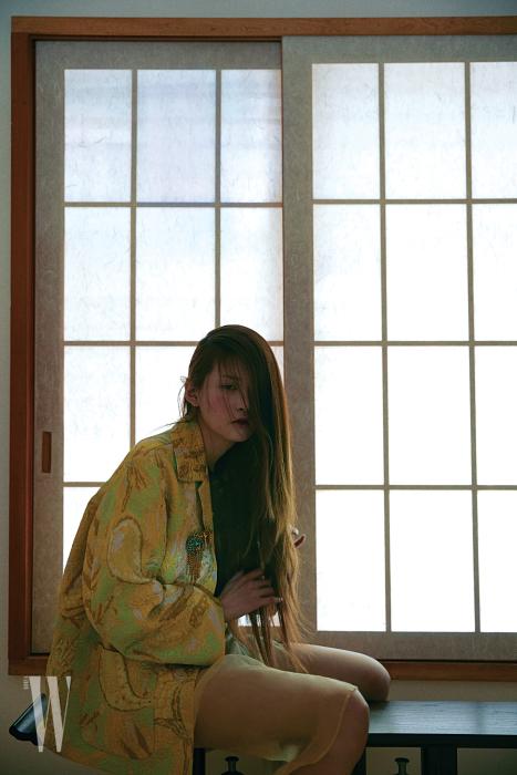 고풍스러운 자카드 재킷, 시스루 스커트, 크리스털 브로치는 모두 드리스 반 노튼 제품.