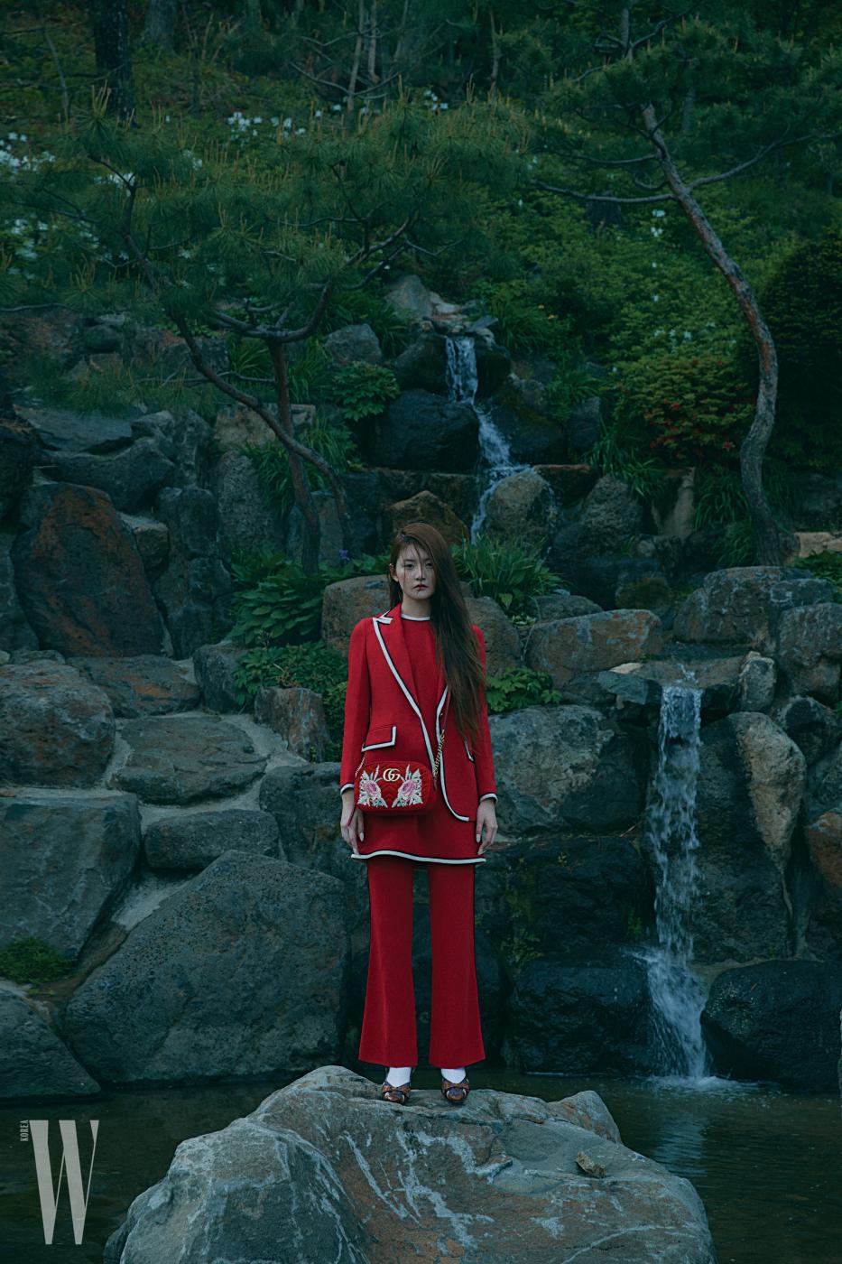 파이핑 장식 재킷, 붉은색 톱, 플레어 팬츠, 파이톤 가죽 슈즈, 코리아 익스클루시브 컬렉션인 오피디아 백은 모두 구찌 제품.