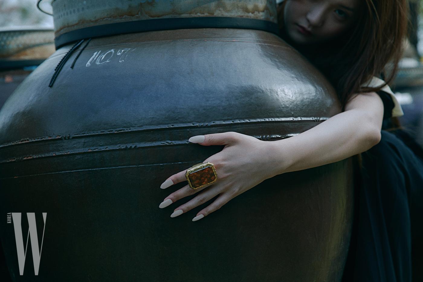 돌을 닮은 원석 반지는 발렌시아가 제품.