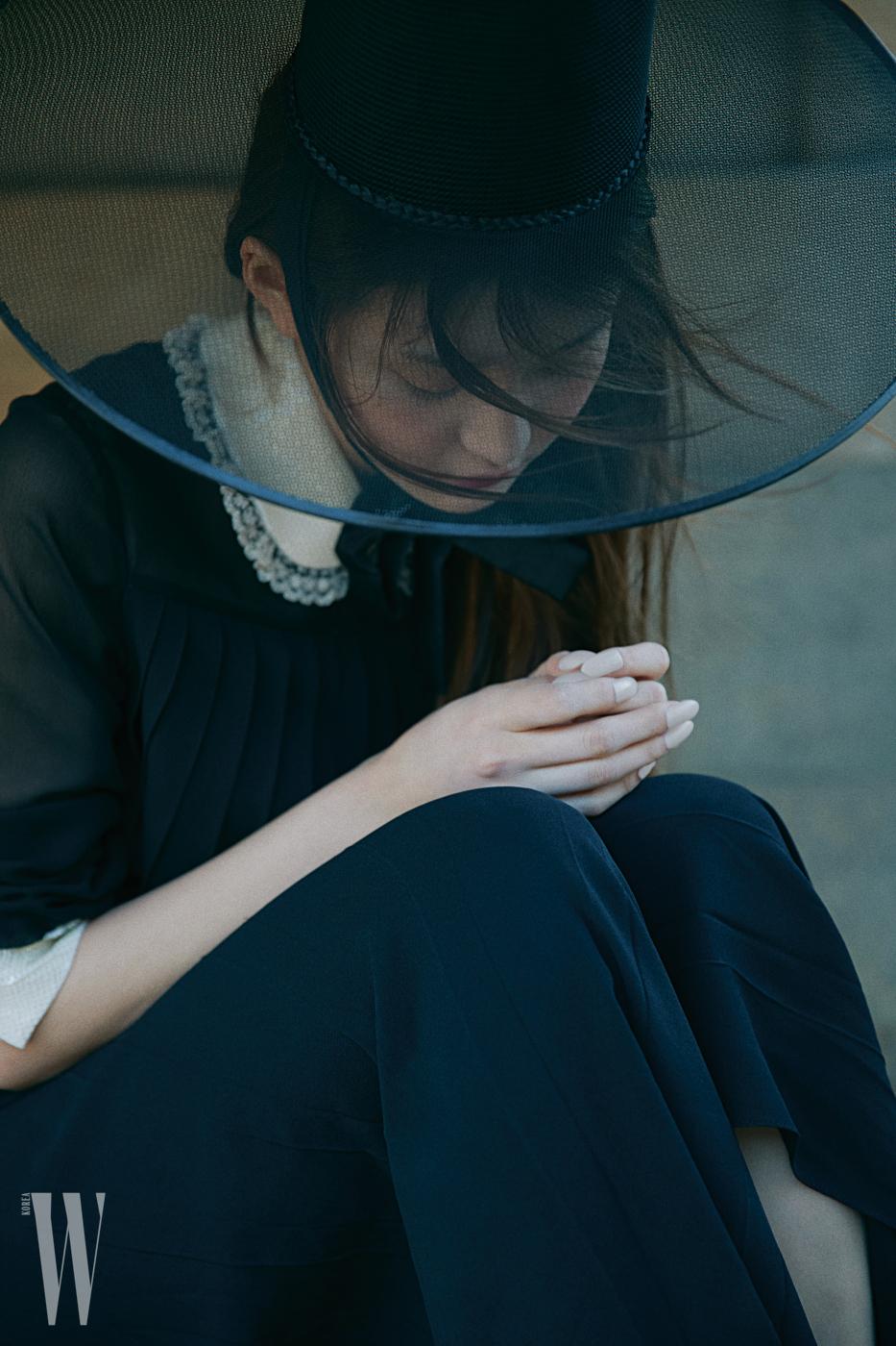레이스 칼라 드레스는 미우미우 제품.