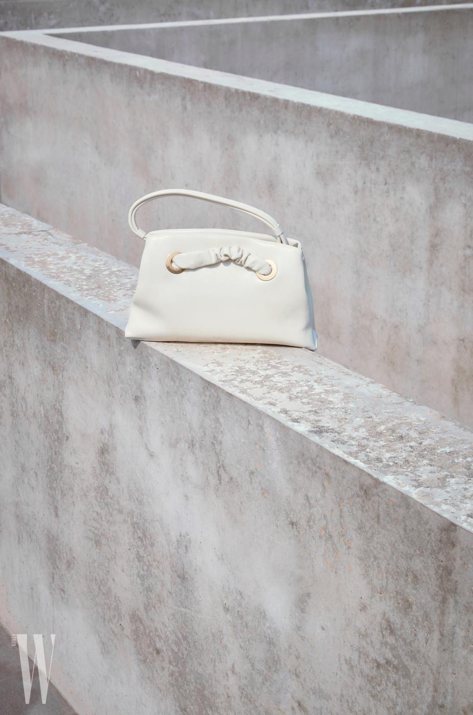 송아지 가죽 소재의 가방은 셀린 제품. 3백95만원.