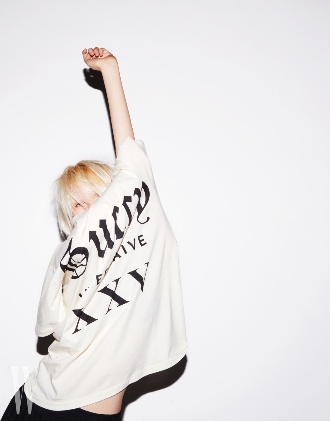 클래식한 타이포가 특징인 티셔츠는 구찌 제품. 73만원.