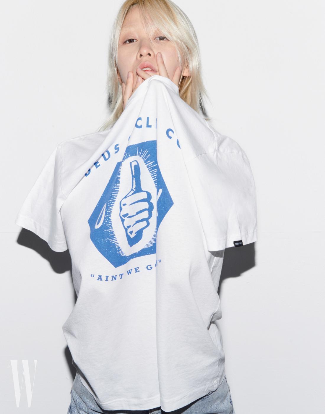 '엄지척'이 그려진 흰 티셔츠는 데우스 by 웍스아웃 제품. 5만9천원. 데님 팬츠는 타미 진 제품. 19만8천원.