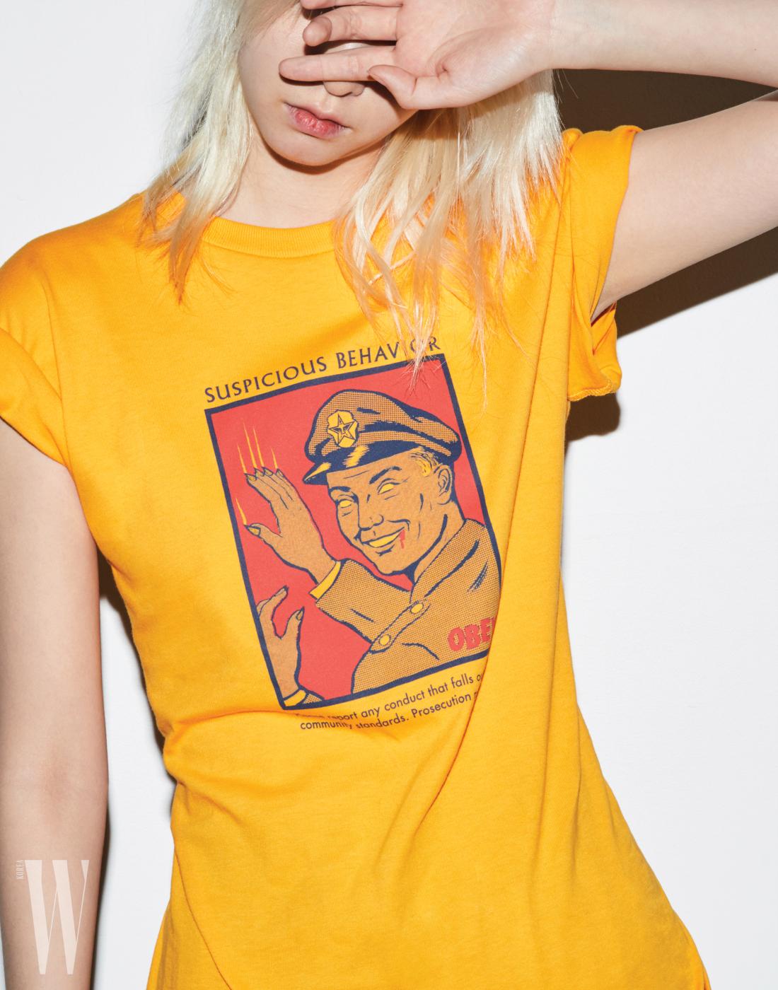 프로파간다 스타일의 일러스트가 그려진 노랑 티셔츠는 오베이 by 웍스아웃 제품. 3만4천원.