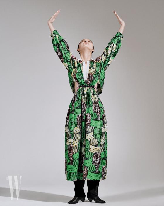 마이크 프린트의 초록색 드레스와 검정 부츠는 스텔라 매카트니 제품. 가격 미정.