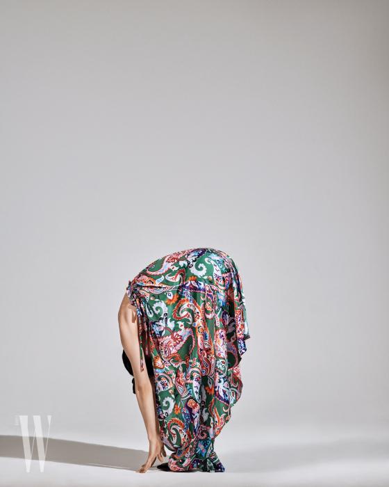화려한 색감의 페이즐리 스커트는 겐조 제품. 가격 미정.