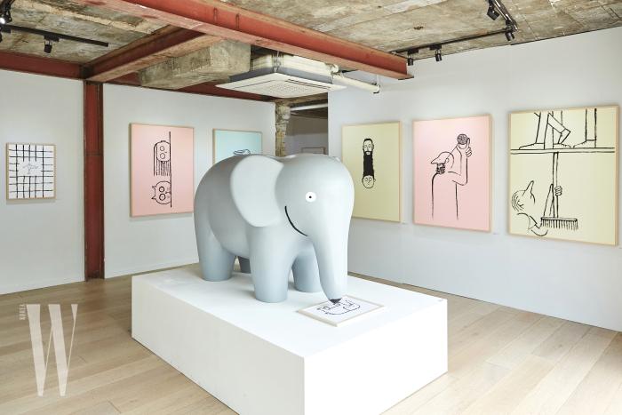 커다란 코끼리와 전시 오프닝 때 선보인 라이브 드로잉 작품이 함께 자리한 스튜디오 콘크리트 1층 전경.