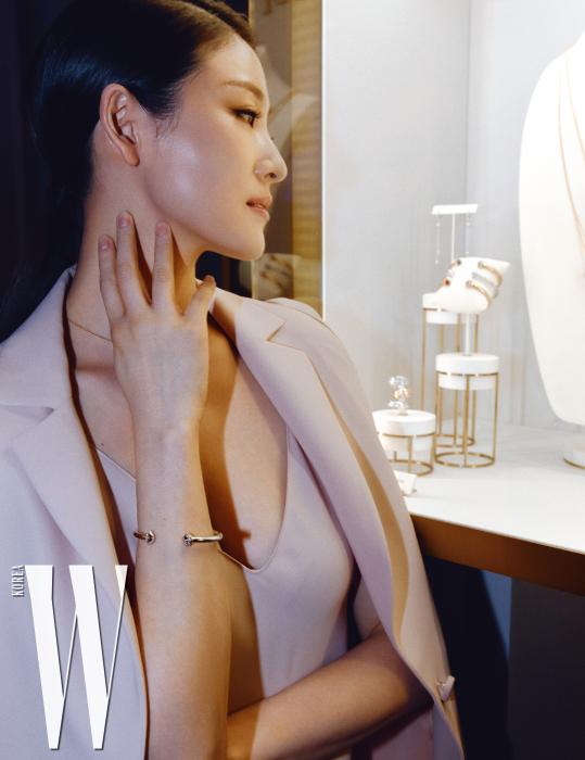 다이아몬드가 세팅된 화이트 골드 포제션 오픈 뱅글을 착용한 발레리나 김주원의 모습.